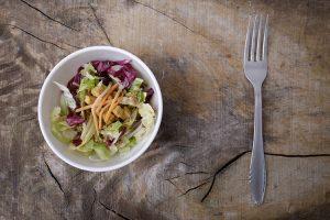 サラダを置いたテーブル